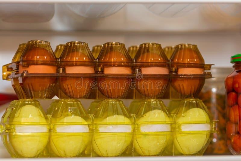Twee pakketten van verse eieren stock foto's