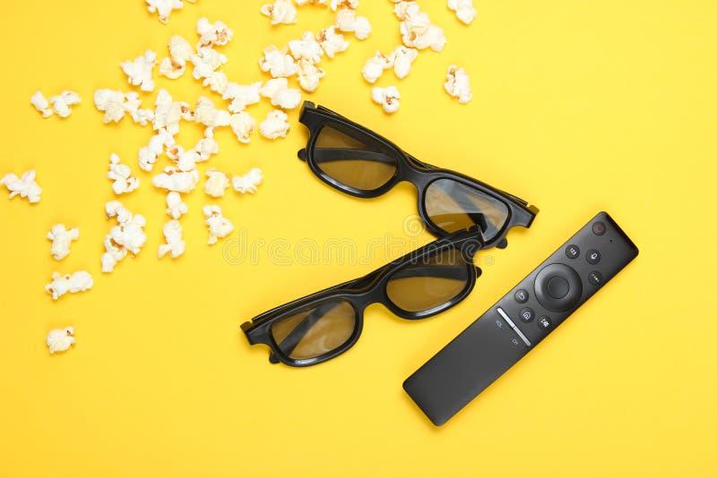 Twee paren 3D glazen, verre TV, popcorn royalty-vrije stock afbeeldingen