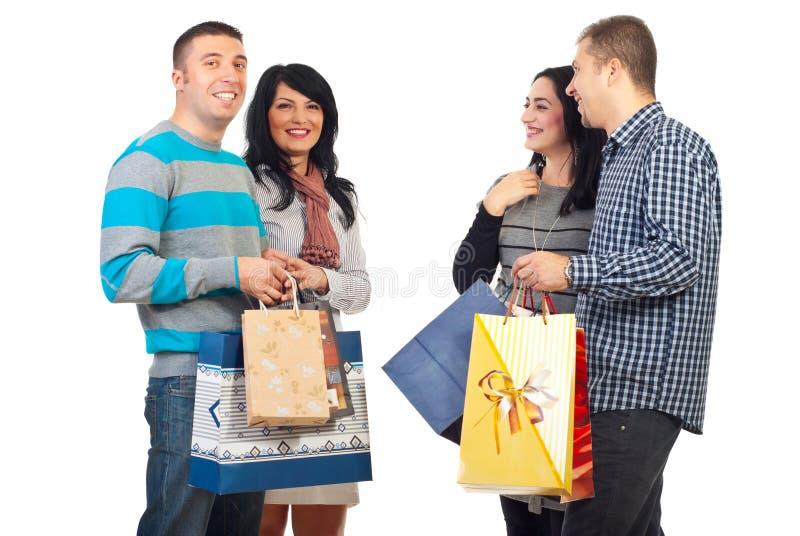 Twee paren met het winkelen zakken stock afbeeldingen