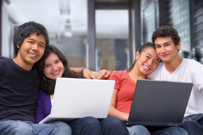 Twee parentiener met laptops thuis stock foto