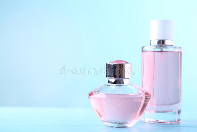 Twee parfumflessen op blauwe achtergrond, hoogste mening royalty-vrije stock foto