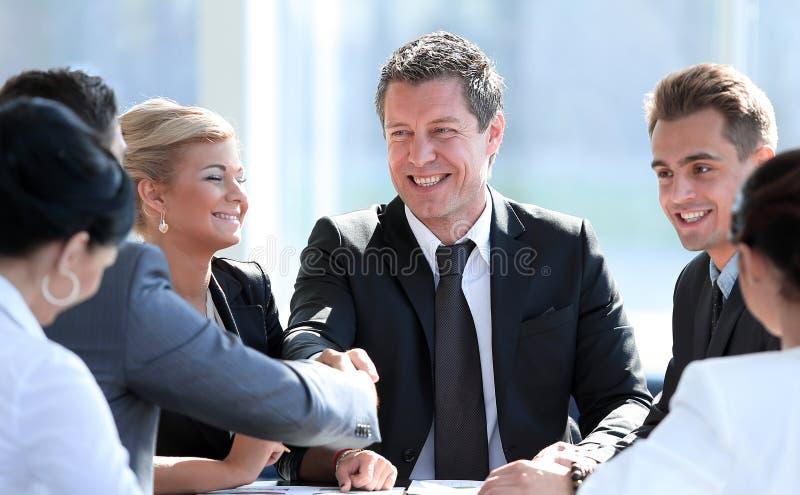Twee partners die handen op vergadering schudden royalty-vrije stock afbeeldingen