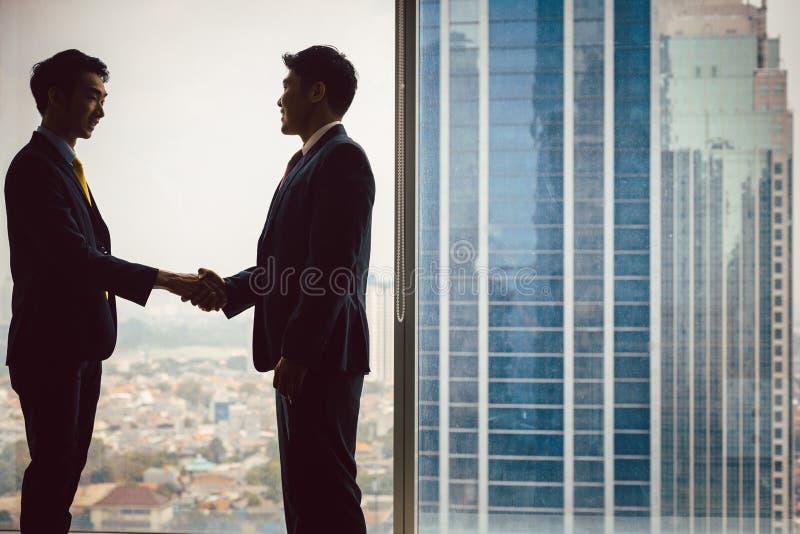 Twee partners die handen schudden stock foto