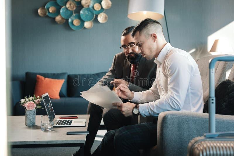 Twee partners die sommige financiële kwesties samen bespreken stock foto's