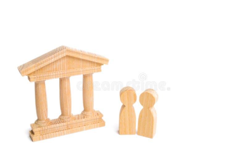 Twee personen bevinden zich dichtbij een bank of overheidsgebouw Het concept beheer, het werk in het bankwezen De toeristen bezoe royalty-vrije stock foto