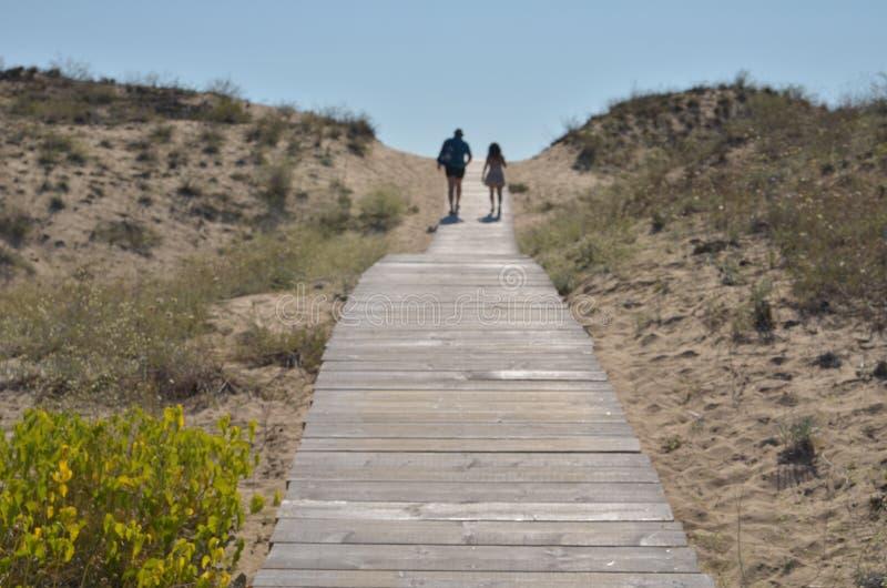 Twee personen die op houten voetpad lopen royalty-vrije stock fotografie
