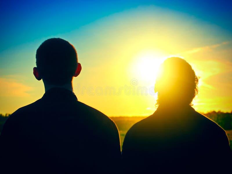 Twee Personen silhouetteren openlucht royalty-vrije stock fotografie