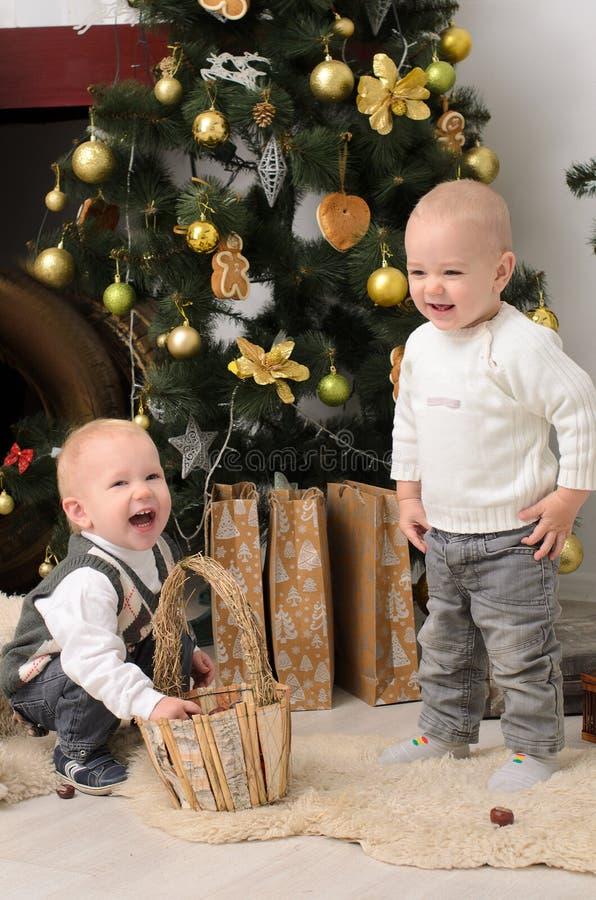 Twee peuterjongens in Kerstmisbinnenland stock foto