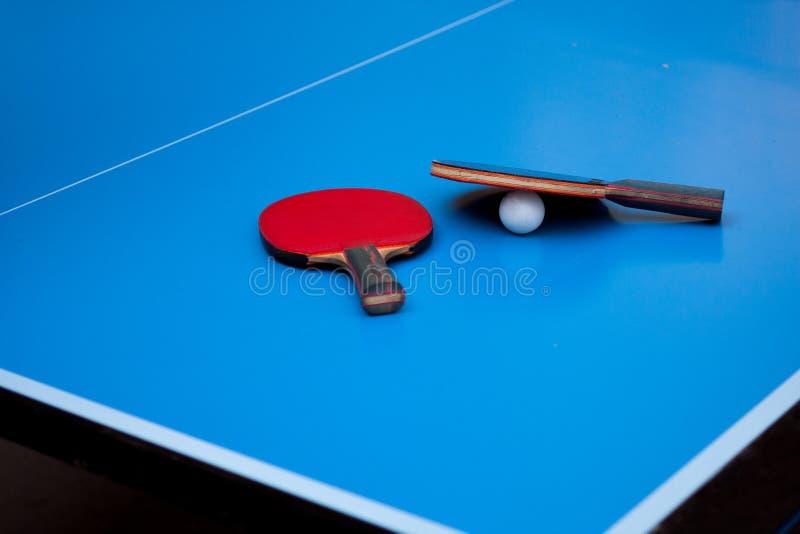 Twee pingpong of pingpongrackets stock afbeeldingen