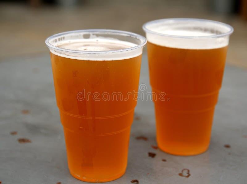 Twee pintenglazen van heerlijke bewerkte IPA-bieren Ondiepe diepte van gebied royalty-vrije stock fotografie