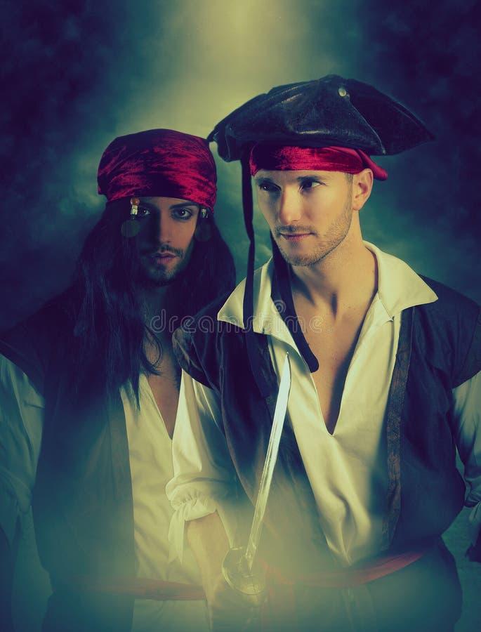Twee piraten die op een rokerige achtergrond stellen De dekking van het fantasieboek stock afbeelding