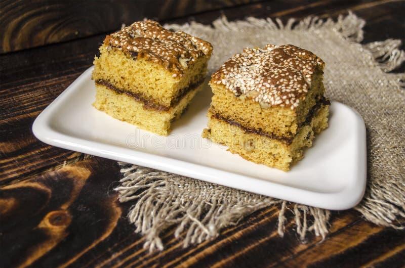 Twee plakken van biscuitgebak met noten en sesamzaden stock foto