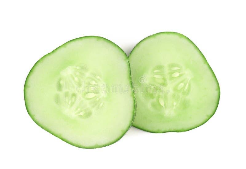 Twee plakken van verse komkommer. stock foto