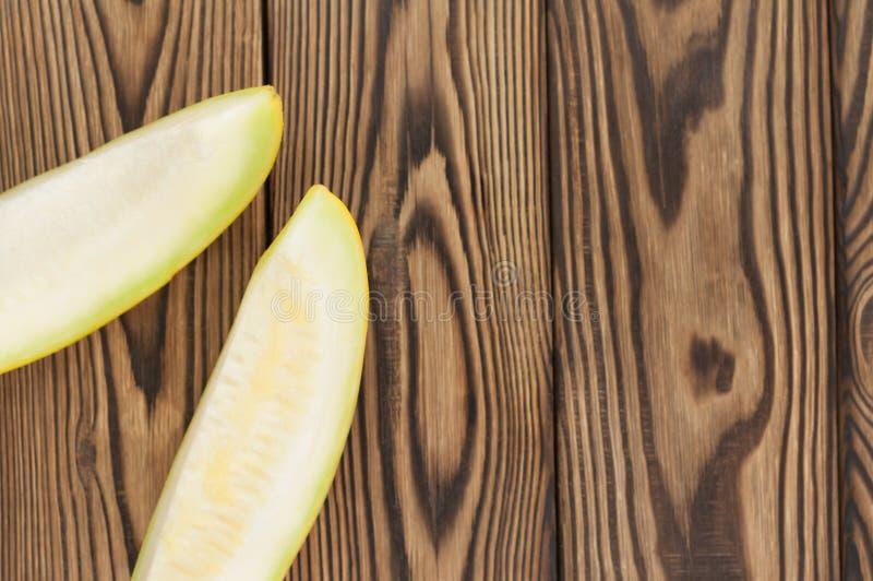 Twee plakken van verse rijpe yummy meloen stock foto's