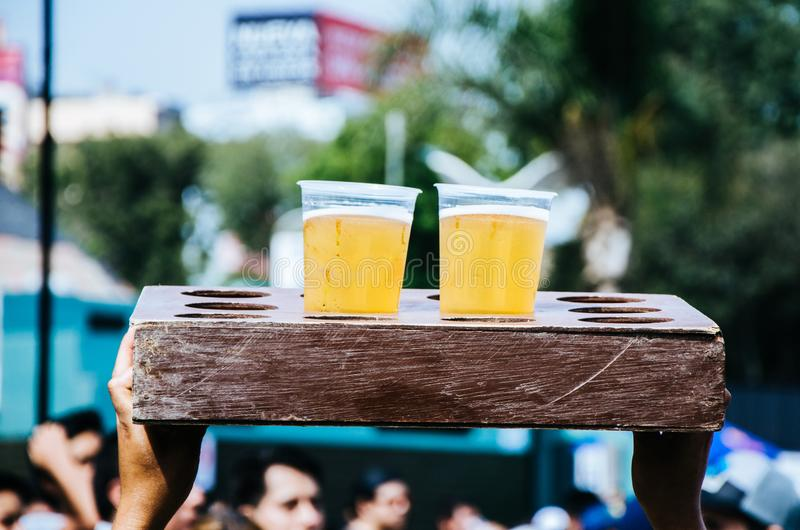 Twee plastic koppen met bier royalty-vrije stock afbeeldingen
