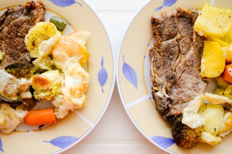 Twee platen met mooi varkensvleeslapje vlees en gebakken royalty-vrije stock fotografie