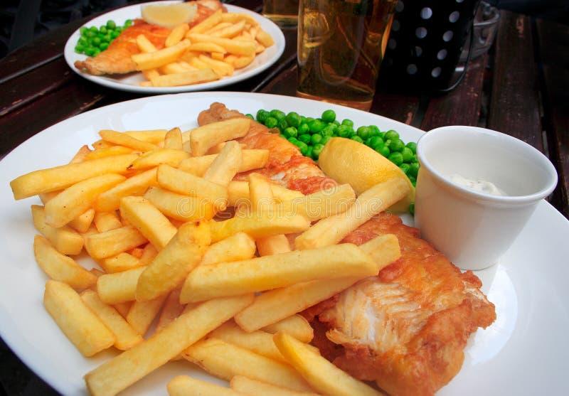Twee platen met vis met patat stock fotografie