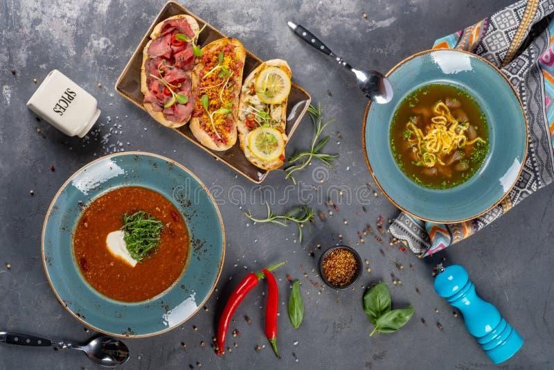 Twee platen van heerlijke soep met bruschettas het dienen stock fotografie