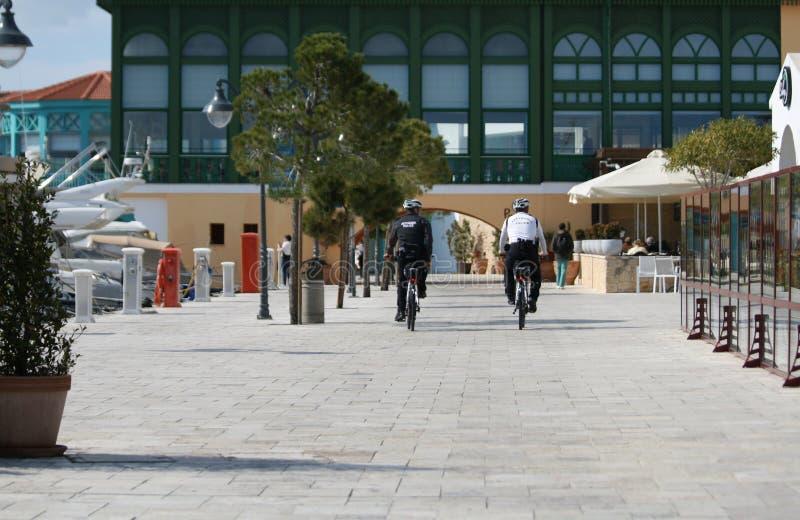 Twee politieagenten op fietsen stock fotografie