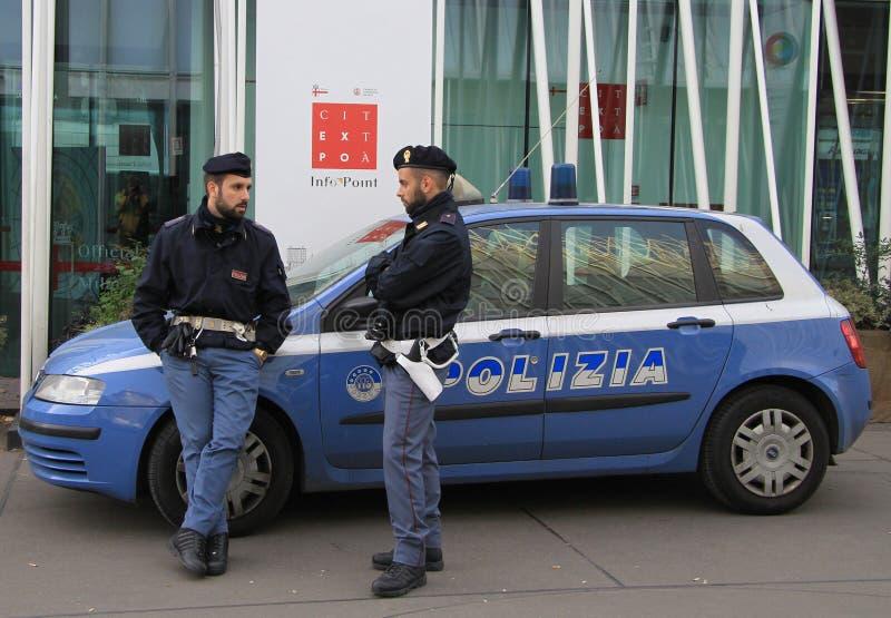 Twee politiemannen spreken bijna InfoPoint royalty-vrije stock foto