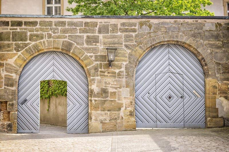 Twee poorten in een muur stock afbeeldingen