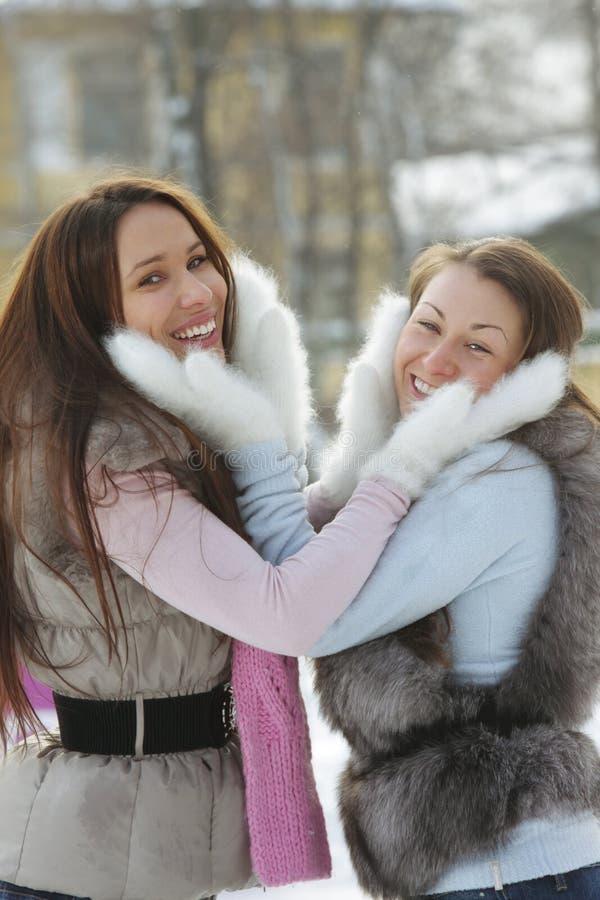 Twee positieve vrouwen in witte vuisthandschoenen royalty-vrije stock afbeelding