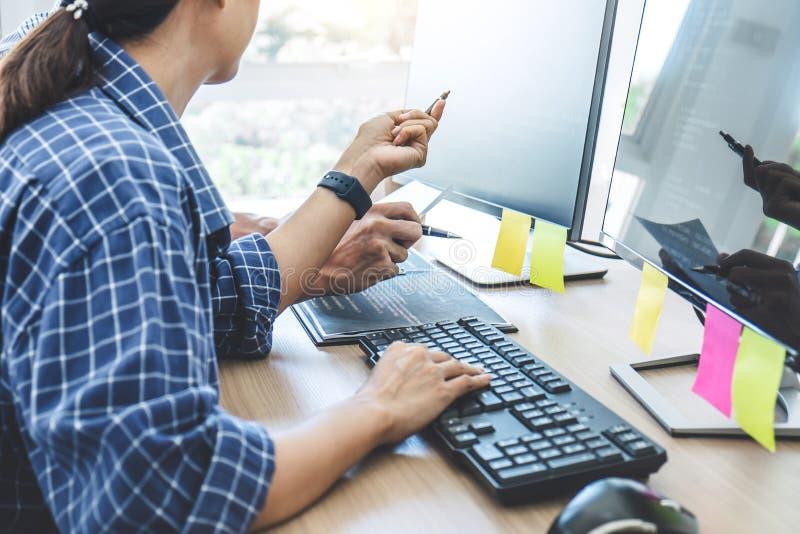Twee professionele programmeurs die bij het Ontwikkelen van programmering en website die in een software samenwerken ontwikkelen  stock fotografie