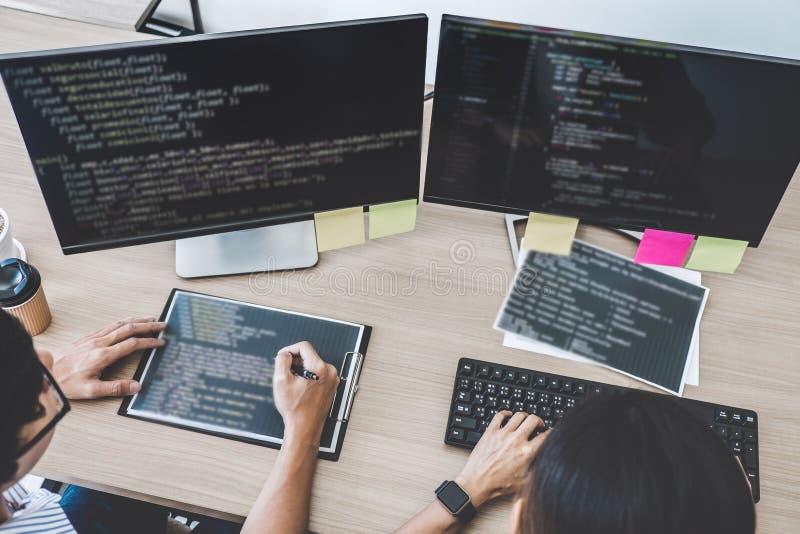 Twee professionele programmeurs die bij het Ontwikkelen van programmering en website die in een software samenwerken ontwikkelen  royalty-vrije stock afbeeldingen
