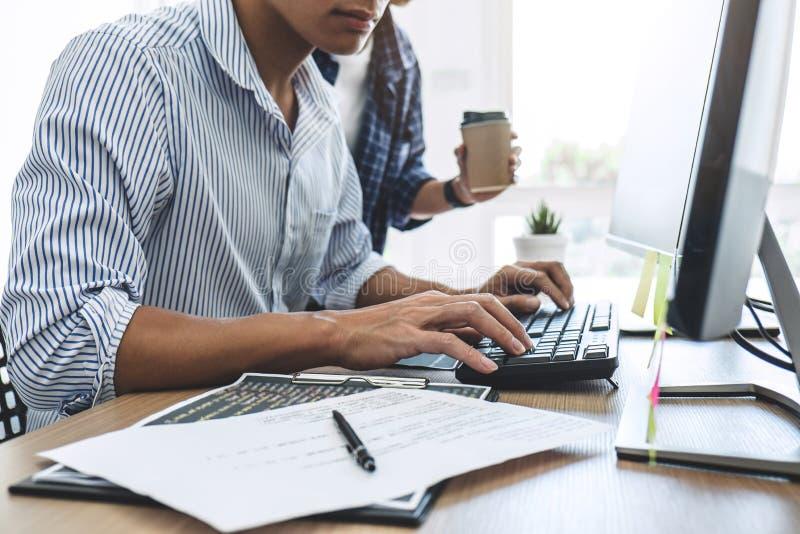 Twee professionele programmeurs die bij het Ontwikkelen van programmering en website die in een software samenwerken ontwikkelen  royalty-vrije stock foto
