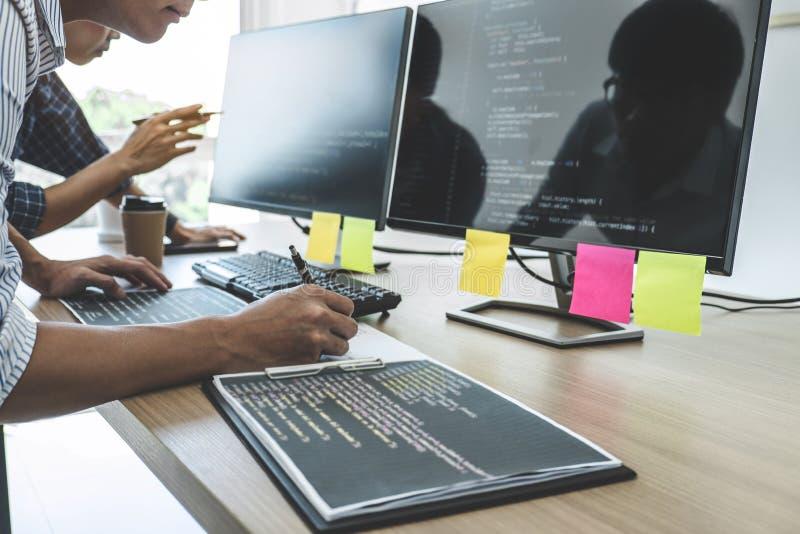 Twee professionele programmeurs die bij het Ontwikkelen van programmering en website die in een software samenwerken ontwikkelen  stock afbeelding