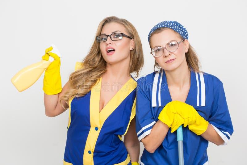 Twee professionele reinigingsmachines sexy rondborstig meisje en stock fotografie