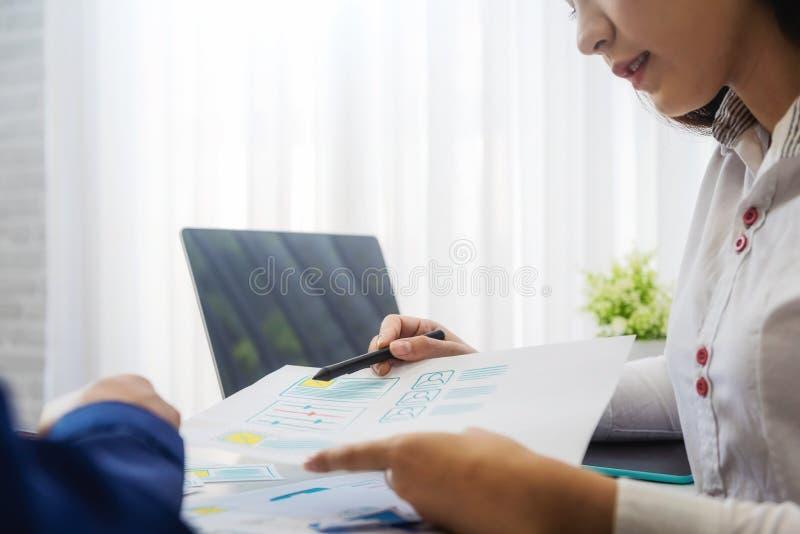 Twee programmeurs werkende schetsen voor mobiele telefoontoepassing in bureau Het concept van de gebruikerservaring royalty-vrije stock afbeelding