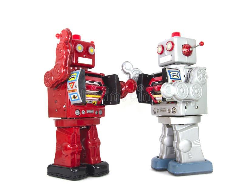Twee retro robots hoge vijf geïsoleerd elkaar royalty-vrije stock fotografie