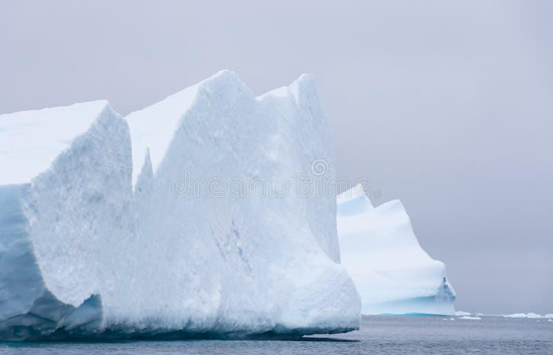 Twee Reusachtige Ijsbergen in de Zuidelijke Oceaan royalty-vrije stock afbeelding