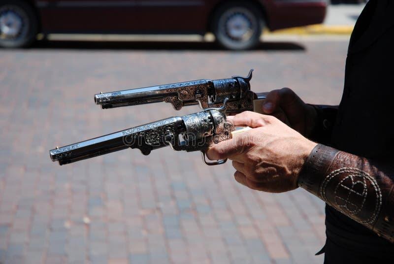 Twee revolvers bemant binnen handen royalty-vrije stock afbeelding