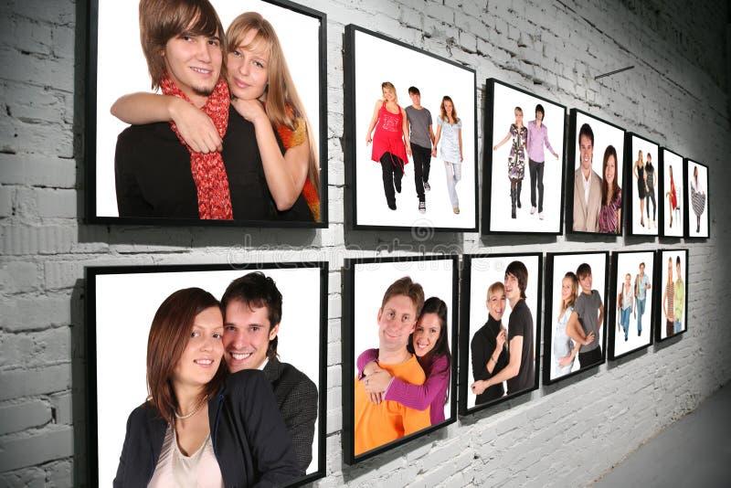 Twee rijenframes met mensen op baksteen witte muur stock fotografie
