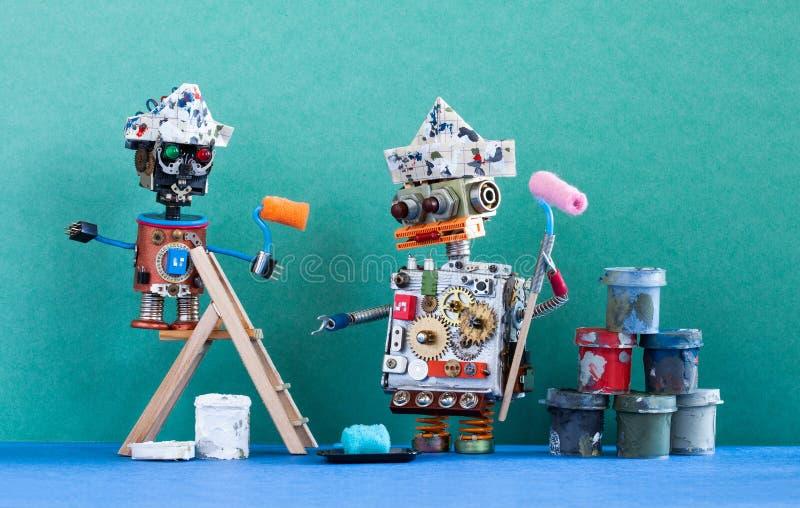 Twee robotsschilders met verfrollen, houten ladder en verfemmers klaar voor opknapbeurt Groene muur blauwe vloer royalty-vrije stock afbeelding