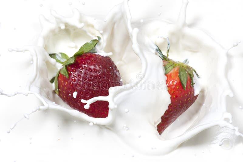 Aardbeien die in room worden gelaten vallen. royalty-vrije stock afbeeldingen