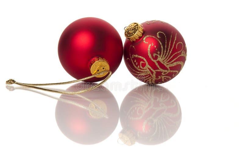 Twee Rode en Gouden Ballen van Kerstmis royalty-vrije stock afbeeldingen