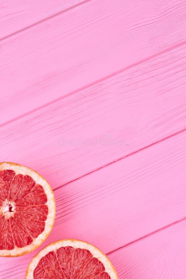 Twee rode grapefruitplakken en exemplaarruimte royalty-vrije stock fotografie