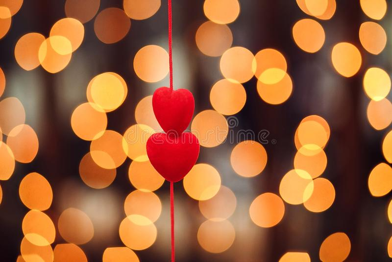 Twee rode harten, close-up bokeh achtergrond stock foto