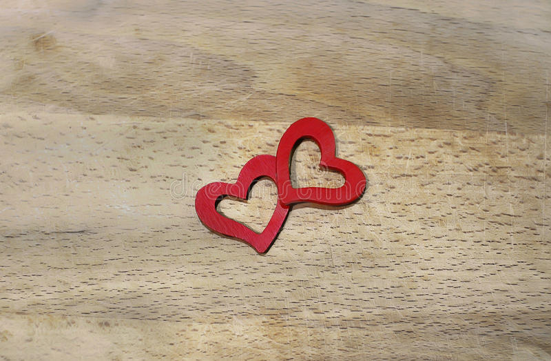 Twee rode harten op houten achtergrond stock foto's