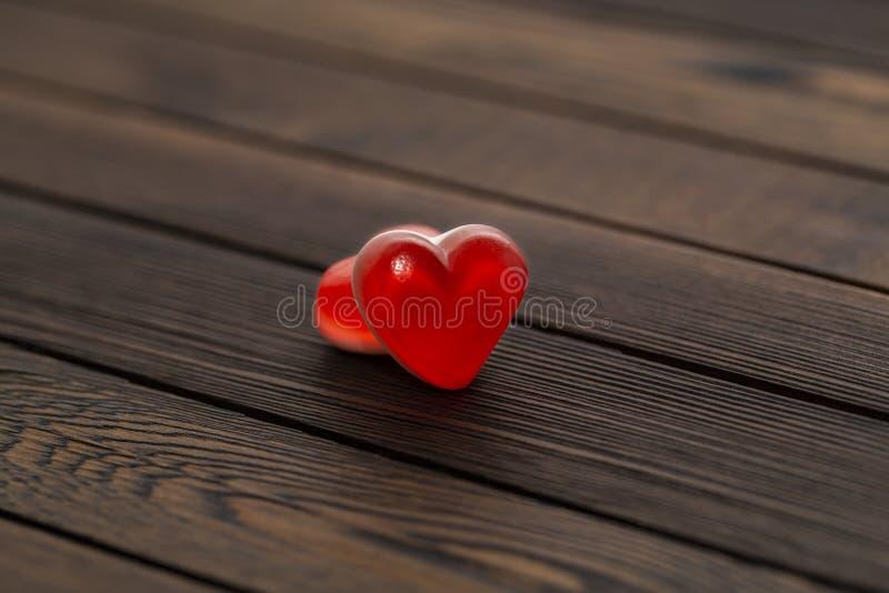 Twee rode harten op houten achtergrond, close-up Het concept de Dag van Valentine ` s royalty-vrije stock afbeeldingen