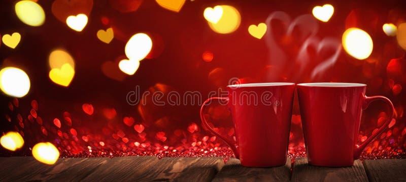 Twee Rode Koppen van Koffie met Harten stock afbeeldingen