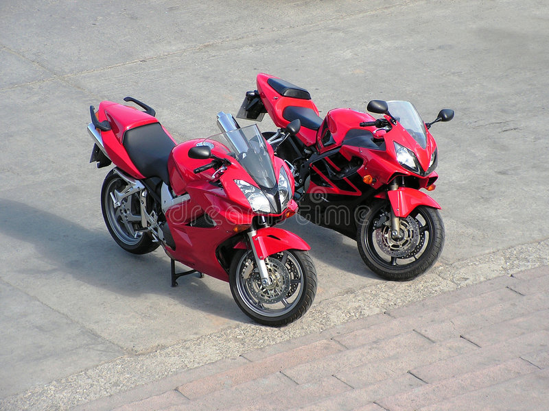 Twee rode mooie motorfietsen. royalty-vrije stock afbeelding