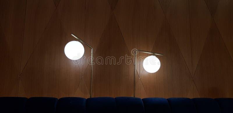 Twee ronde lampen glanzen op hoge benen stock afbeelding
