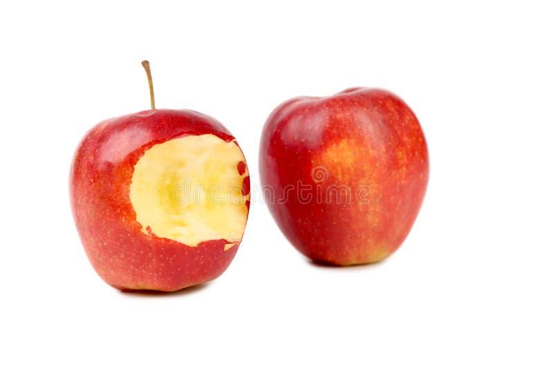 Twee rood appelengeheel en gebeten. stock afbeeldingen
