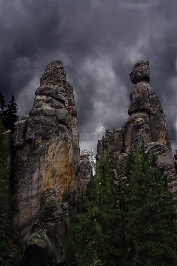 Twee rotsen met de dramatische stormachtige wolken stock foto's