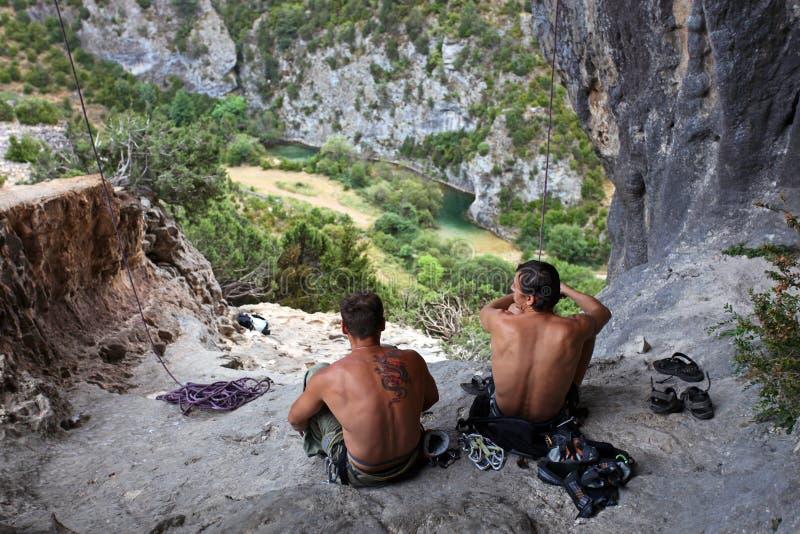 Twee rotsklimmers die een rust hebben royalty-vrije stock fotografie