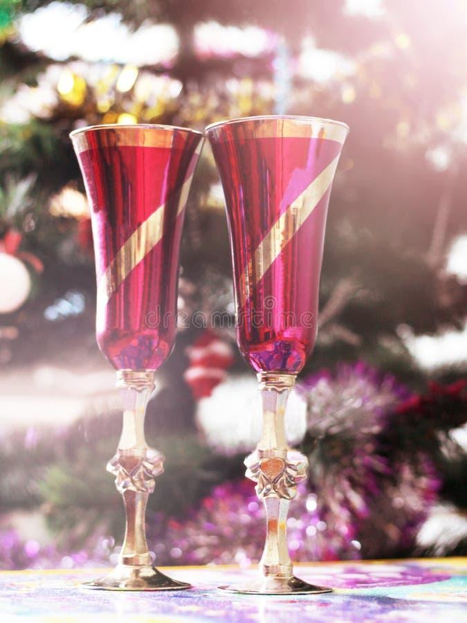 Twee roze glazen op Kerstboomachtergrond, gelukkig nieuw jaar royalty-vrije stock foto's